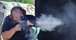 Homem que dispara em AR15 Foto de Stock