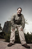 Homem que dobra-se sobre e que sorri Fotografia de Stock Royalty Free