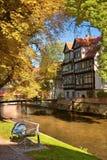 Homem que dorme em um banco pelo rio de Gera em Erfurt, cidade principal do Th imagem de stock