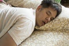 Homem que dorme na cama Imagens de Stock Royalty Free