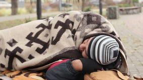 Homem que dorme no banco no parque, homem desabrigado só do proscrito que tenta sobreviver vídeos de arquivo