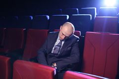 Homem que dorme no cinema Fotos de Stock Royalty Free