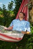 Homem que dorme no hammock foto de stock