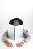 Homem que dorme no portátil imagem de stock