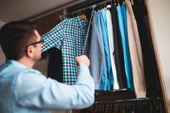 Homem que embala seus roupa e material fotos de stock royalty free