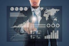 Homem que empurra em um tela táctil do infographics Fotografia de Stock