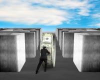 Homem que empurra o círculo do dinheiro através do labirinto 3d Fotos de Stock