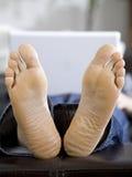 Homem que encontra-se com portátil branco Foto de Stock