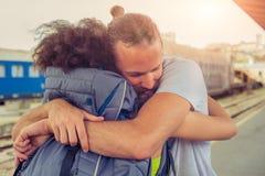 Homem que encontra sua amiga no estação de caminhos-de-ferro fotografia de stock royalty free