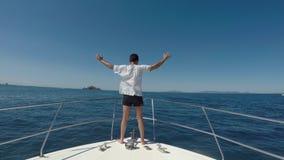Homem que enfrenta o vento na curva do barco a motor video estoque