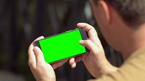 Homem que enrola acima com a informação em seu móbil vídeos de arquivo