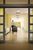 Homem que entra em um hospital Fotos de Stock Royalty Free
