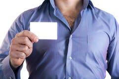 Homem que entrega um cartão vazio Fotografia de Stock Royalty Free