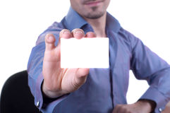 Homem que entrega um cartão vazio Imagens de Stock