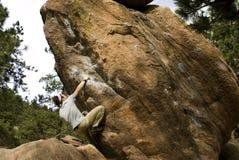 Homem que escala Boulder Fotografia de Stock
