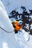 Homem que escala a cachoeira congelada Foto de Stock