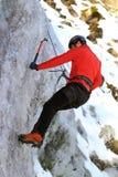 Homem que escala no gelo Fotos de Stock Royalty Free