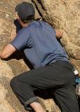 Homem que escala uma rocha Imagens de Stock Royalty Free