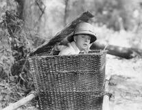 Homem que esconde-se em uma cesta (todas as pessoas descritas não são umas vivas mais longo e nenhuma propriedade existe Garantia Imagem de Stock Royalty Free