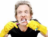 Homem que escova os dentes sujos imagem de stock