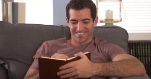 Homem que escreve para baixo notas no livro Fotografia de Stock