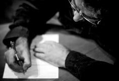 Homem que escreve uma letra Fotografia de Stock