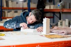 Homem que esculpe o emplastro Buildings modelo Fotos de Stock Royalty Free
