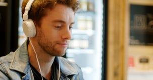 Homem que escuta a música na tabuleta digital filme
