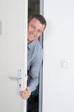 homem que espera alguém atrás da porta Fotografia de Stock