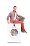 Homem que espera a máquina de lavar para terminar imagens de stock
