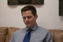 Homem que espera na área de recepção Imagem de Stock