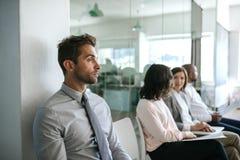 Homem que espera nervosamente por sua entrevista de trabalho em um escritório foto de stock