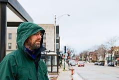 Homem que espera no paragem do autocarro Fotos de Stock Royalty Free