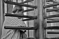 Homem que espera no ponto de verificação Fotografia de Stock Royalty Free