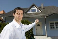 Homem que está antes da casa Imagens de Stock