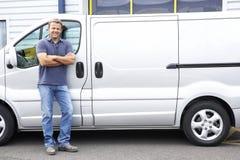 Homem que está ao lado da camionete fotos de stock royalty free