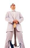 Homem que está com electro guitarra Imagem de Stock
