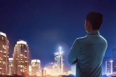 Homem que está de vista a cidade Imagens de Stock