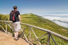 Homem que está em um ponto de vista em Madeira Imagem de Stock
