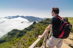 Homem que está em um ponto de vista em Madeira Fotografia de Stock Royalty Free