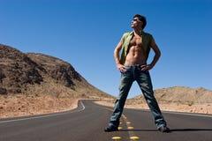 Homem que está na estrada fotografia de stock