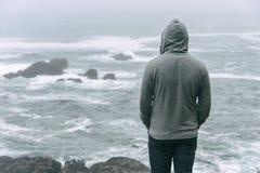 Homem que está na frente do Oceano Pacífico Foto de Stock Royalty Free