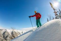 Homem que está no auge do cume Esqui que visita nas montanhas Esporte do extremo do freeride do inverno da aventura Fotografia de Stock Royalty Free