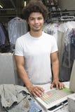 Homem que está no contador na loja da tinturaria Fotografia de Stock Royalty Free