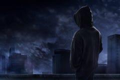 Homem que está no telhado Imagem de Stock