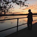 Homem que está pela água. Fotos de Stock