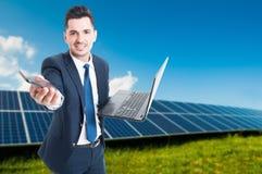 Homem que está perto dos painéis solares Fotos de Stock Royalty Free