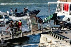 Homem que está sendo evacuado de Seine River fotos de stock royalty free