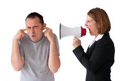 Homem que está sendo gritado pelo gerente fêmea Imagens de Stock