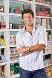 Homem que está contra prateleiras na mercearia Imagem de Stock